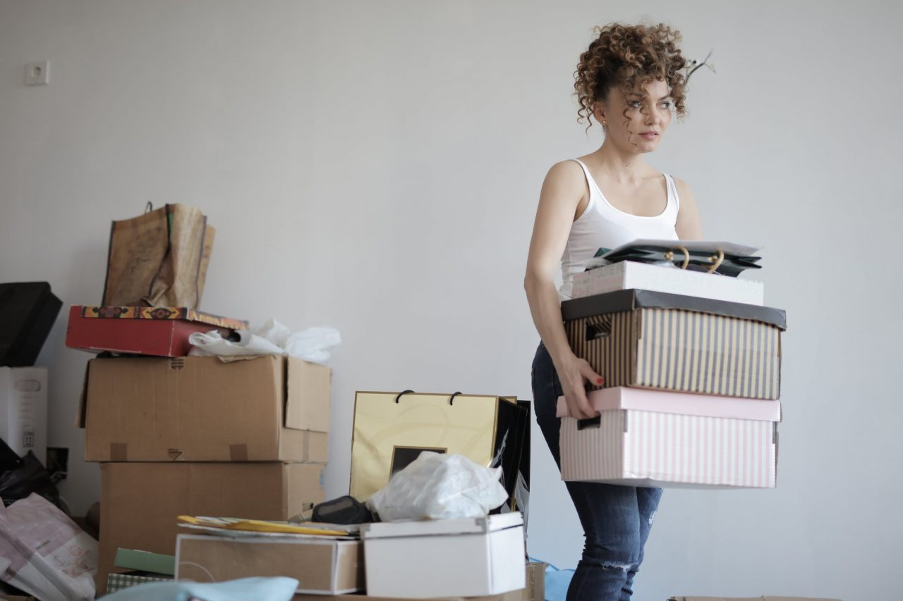 A woman preparing for her relocation - This is how your moving to Casselberry will look like if you follow our guide